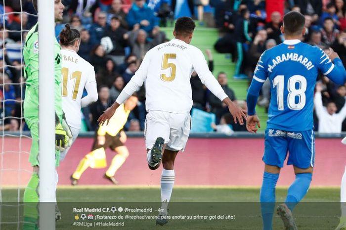 Selebrasi Raphael Varane usai mencetak gol kedua Real Madrid ke gawang Getafe pada laga Liga Spanyol, Sabtu (4/1/2020).