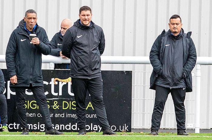 Asisten pelatih Garuda Select II, Danny Holmes (Tengah) bersama dengan Des Wallker.