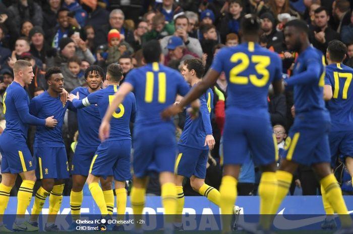 Para pemain Chelsea mengerubungi Callum Hudson-Odoi usai membobol gawang Nottingham Forest pada pertandingan babak ketiga Piala FA, Minggu (5/1/2020).