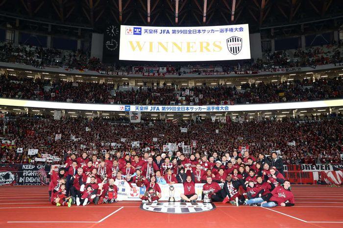 Para pemain Vissel Kobe bersama pelatih dan ofisial tim merayakan kesuksesan mereka memenangi Piala Kaisar 2019 setelah menumbangkan Kashima Antlers di Stadion Nasional Tokyo, Jepang, 1 Januari 2020.