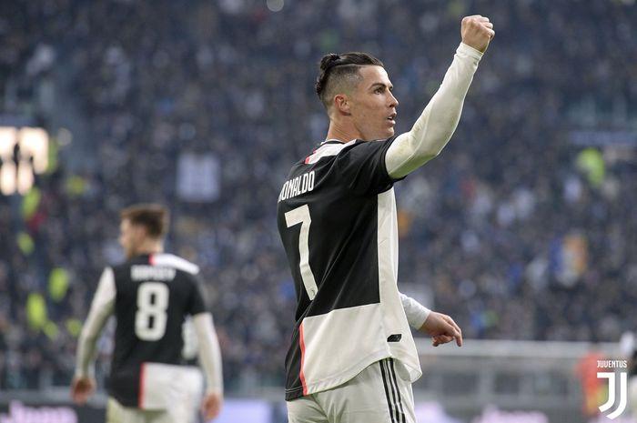 Megabintang Juventus, Cristiano Ronaldo, merayakan gol yang dicetak ke gawang Cagliari dalam laga Liga Italia di Allianz Stadium, Senin (6/1/2020).