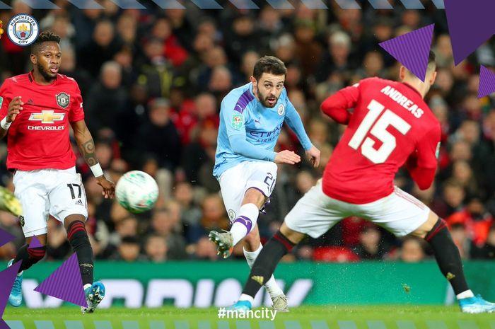 Penyerang Manchester City, Bernardo Silva (tengah), mencetak gol ke gawang Manchester United dalam laga leg pertama semifinal Piala Liga Inggris di Stadion Old Trafford, Selasa (7/1/2020).