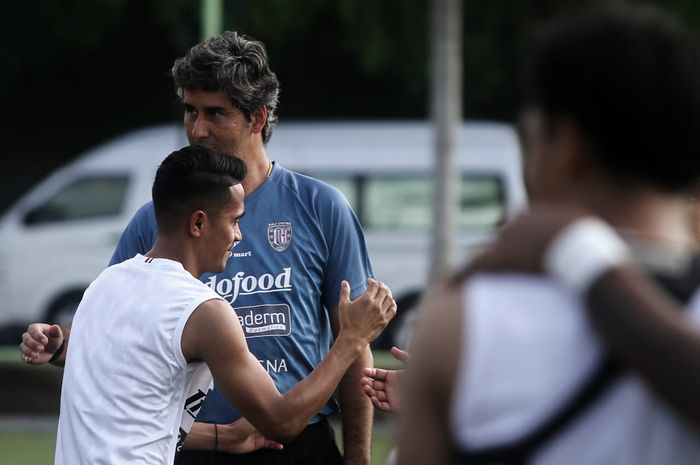 Pelatih Bali United, Stefano Cugurra alias Teco, memimpin anak asuhnya berlatih di Lapangan Australian Independent School (AIS), Denpasar, Selasa (7/1/2020).