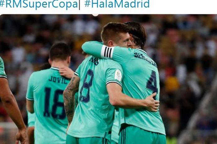 Gelandang Real Madrid, Toni Kroos, berpelukan dengan Sergio Ramos usai membobol gawang Valencia dalam laga semifinal Piala Super Spanyol di Stadion King Abdullah Sports City, Rabu (8/1/2020).