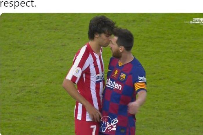 Megabintang Barcelona, Lionel Messi (kanan), berdebat dengan penyerang Atletico Madrid, Joao Felix, dalam laga semifinal Piala Super Spanyol di Stadion King Abdullah Sports City, Kamis (9/1/2020).