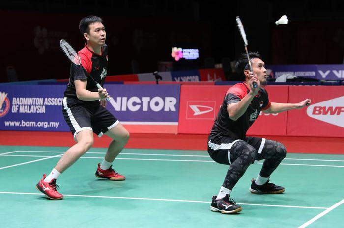 Pasangan ganda putra Indonesia, Mohammad Ahsan/Hendra Setiawan, saat bertanding melawan Li Jun Hui/Liu Yu Chen (China) pada semifinal Malaysia Masters 2020 di Axiata Arena, Bukit Jalil, Kuala Lumpur, Malaysia, Sabtu (11/1/2020).