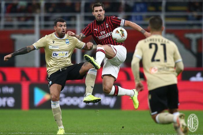 Striker SPAL, Andrea Petagna terlibat perebutan bola dengan kapten AC Milan, Andrea Romagnoli pada laga di Liga Italia.