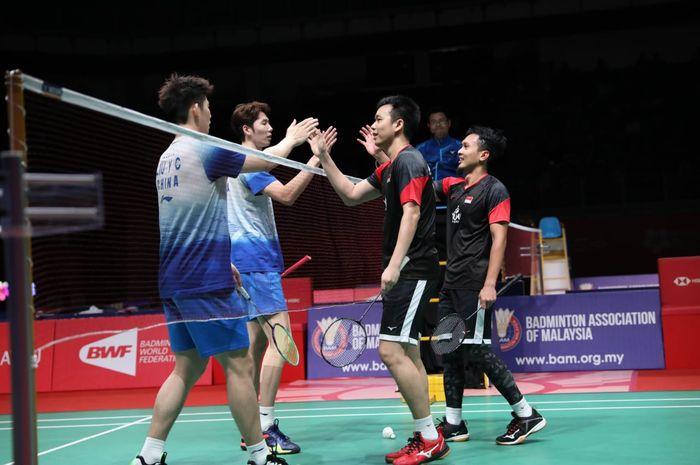 Pasangan ganda putra Indonesia, Mohammad Ahsan/Hendra Setiawan, bersalaman dengan duet Li Jun Hui/Liu Yu Chen dari China usai pertandingan semifinal Malaysia Masters 2020 di Axiata Arena, Bukit Jalil, Kuala Lumpur, Sabtu (11/1/2020).