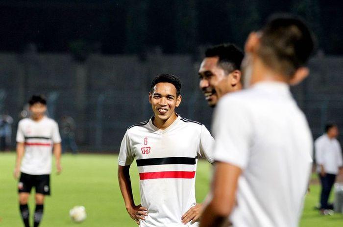 Mantan pemain Persebaya Surabaya Misbakus Solikin bergabung latihan perdana Madura United di Stadion Gelora Bangkalan, Jawa Timur, Jumat (10/01/2020) malam.