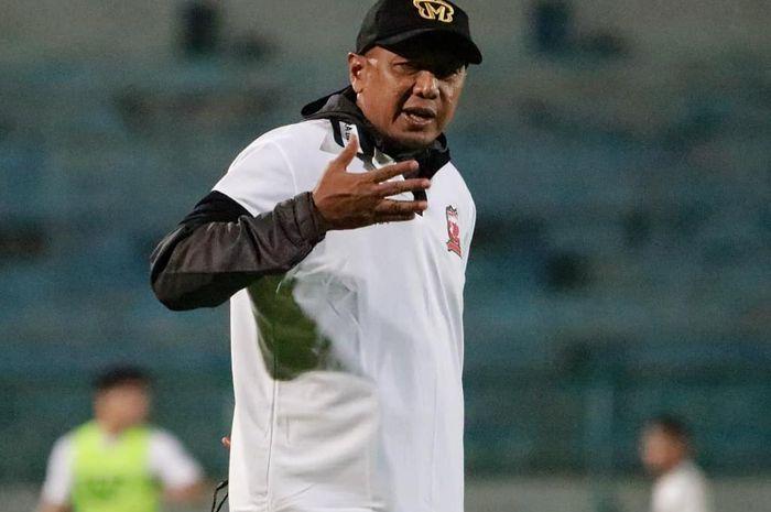 Pelatih Madura United, Rahmad Darmawan, saat memimpin latihan perdana timnya di Stadion Gelora Bangkalan, Madura, pada Jumat (10/1/2020).