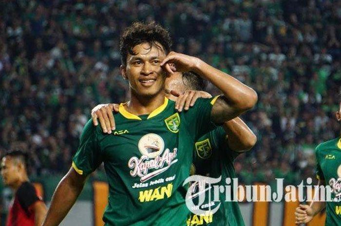 Osvaldo Haay melakukan selebrasi usai mencetak satu gol ke gawang Persis Solo pada babak kedua dalam lag uji coba di Stadion GBT, Sabtu (11/1/2020).