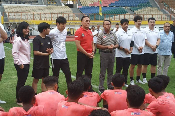 Menpora, Zainudin Amali beserta jajaran pelatih timnas Indonesia dan pengurus PSSI memberikan wejangan kepada pemain seusai latihan timnas U-19 Indonesia, di Stadion Wibawa Mukti, Senin (13/1/2020).