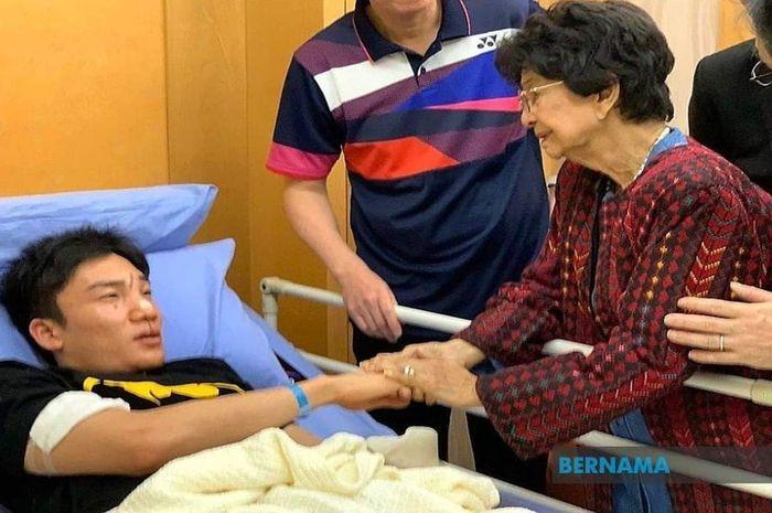 Pebulu tangkis tunggal putra nomor satu dunia asal Jepang, Kento Momota, terbaring di kasur pasien di Rumah Sakit Putrajaya, Malaysia, usai menjadi salah satu korban kecelakaan lalu lintas di Maju Expressway (MEX) dalam perjalanan menuju Bandara Internasional Kuala Lumpur, Senin (13/1/2020).