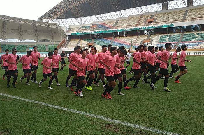 Latihan perdana timnas U-19 Indonesia, di Stadion Wibawa Mukti, Cikarang, Senin (13/1/2020).