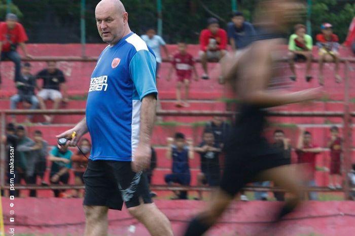 Pelatih PSM Makassar, Bojan Hodak, saat memimpin latihan tim di Stadion Andi Mattalatta, Makassar
