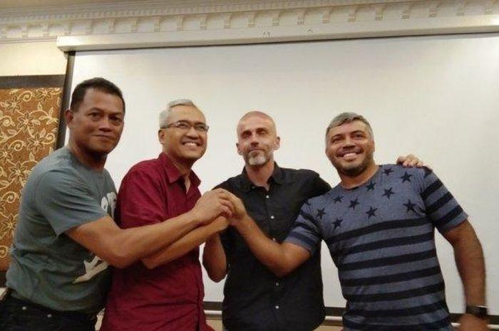 CEO PSS Sleman, Fatih Chabanto (dua kiri), berfoto bersama dengan pelatih anyar PSS Sleman, Eduardo Perez (dua dari kanan), didampingi, Listiyanto Rahardjo dan Danilo Fernando seusai jumpa pers, Rabu (15/1/2019) .