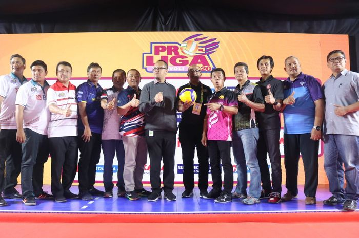Tim peserta Proliga 2020 berpose setelah konferensi pers di Jakarta, Kamis (15/1/2020).