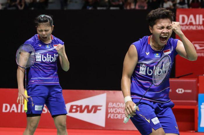 Pasangan ganda putri Indonesia, Greysia Polii/Apriyani Rahayu, bereaksi setelah memenangi poin atas Nami Matsuyama/Chihari Shida (Jepang) pada laga perempat final Indonesia Masters 2020.
