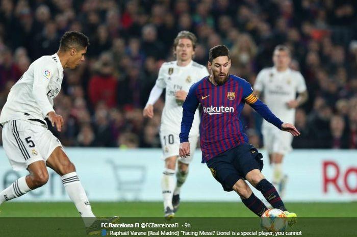 Momen Lionel Messi mencoba melewati Raphael Varane dalam laga bertajuk el clasico  pada musim 2018-2019.