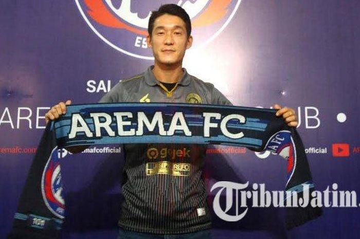 Gelandang asing Arema FC asal Korea Selatan Oh In Kyun saat diperkenalkan di Kantor Arema FC, Kamis (16/1/2020).