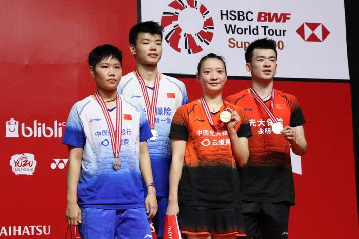 Pasangan ganda campuran China, Zheng Si Wei/Huang Ya Qiong (jersey orange) dan Wang Yi Lyu/Huang Dong Ping di podium Indonesia Masters 2020 di Istora Senayan, Jakarta, Minggu (19/1/2020).