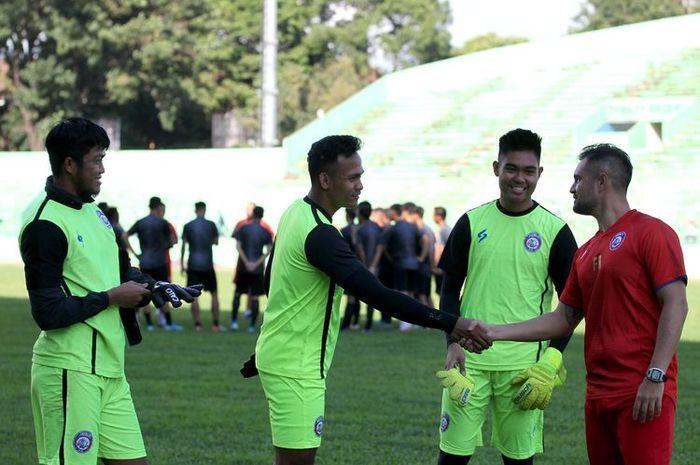 Pelatih kiper musim 2020 Felipe Americo berkenalan dengan 3 kiper Arema FC Kartika Ajie, Andryas Francisco dan Utam Rusdiana (kanan-kiri) pada latihan perdana di Stadion Gajayana Malang, Jawa Timur, Kamis (16/01/2020) sore.