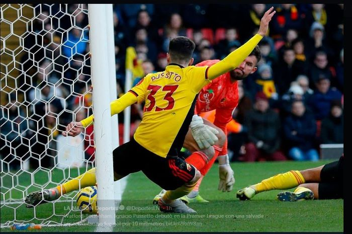 Pemain Watford, Ignacio Pussetto, melakukan sapuan di garis gawang untuk mencegah Tottenham Hotspur mencetak gol dalam laga Liga Inggris di Vicarage Road, 18 Januari 2020.