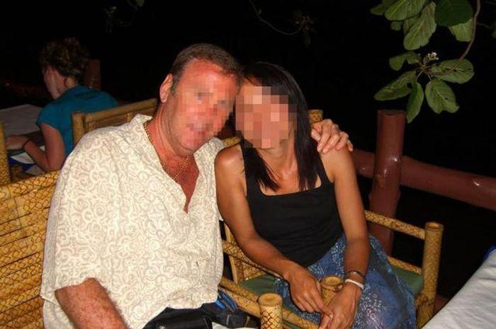 Seorang pria bule tertipu oleh seorang waria Indonesia yang telah dinikahinya selama 19 tahun, istrinya selalu gunakan ini saat berhubungan intim