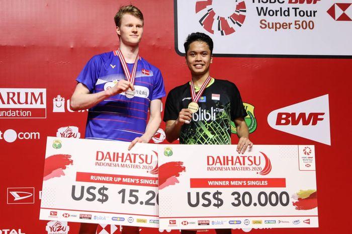 Pebulu tangkis tunggal putra Indonesia, Anthony Sinisuka Ginting, berpose di atas podium bersama Anders Antonsen (Denmark) usai menjalani laga final Indonesia Masters 2020 di Istora Senayan, Jakarta, Minggu (19/1/2020).