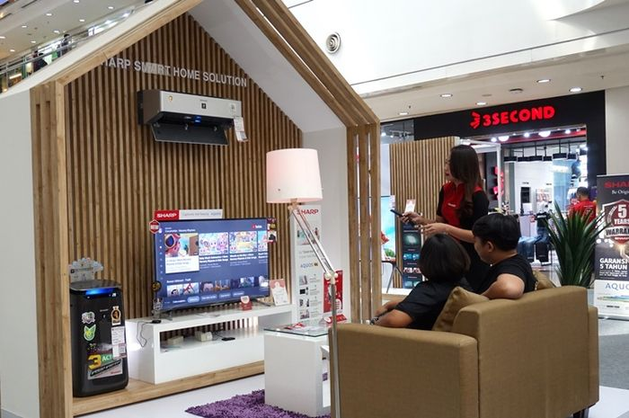 Pengunjung sedang membuktikan kepintaran produk AIoT Sharp di pameran.