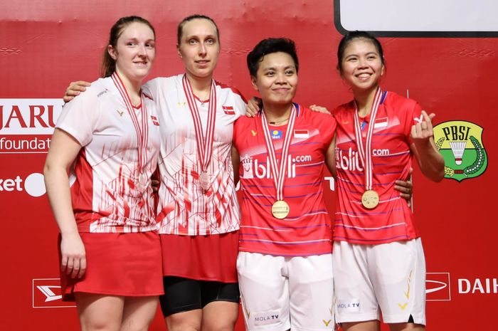 Pasangan ganda putri Indonesia, Greysia Polii/Apriyani Rahayu (kanan), berpose di podium kemenangan bersama Maiken Fruergaard/Sara Thygesen (Denmark) seusai laga final Indonesia Masters 2020 di Istora Senayan, Jakarta, Minggu (19/1/2020).