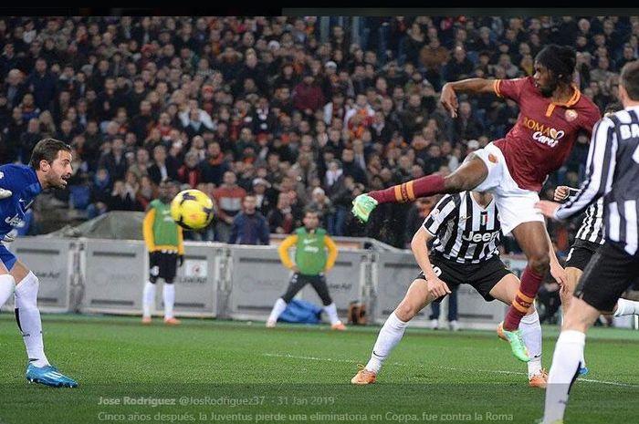 Gervinho mencetak gol kemenangan AS Roma atas Juventus pada duel perempat final Coppa Italia 2013-2014.