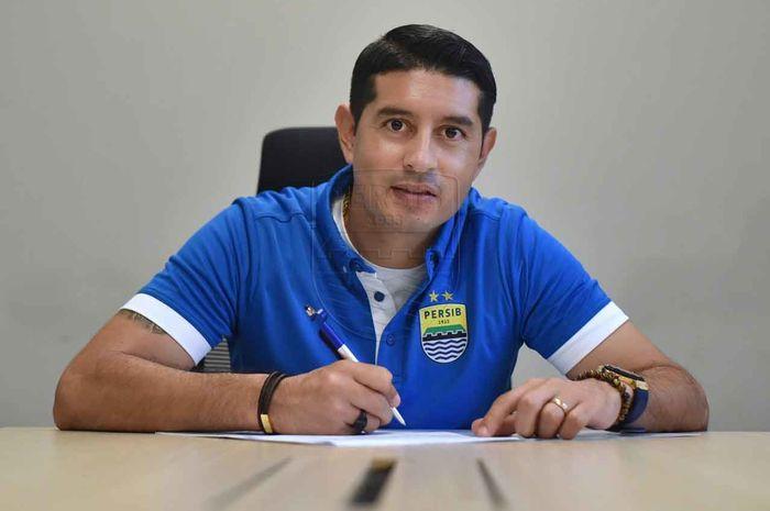Gelandang naturalisasi, Esteban Vizcarra, saat menandatangani perpanjangan kontrak dengan Persib Bandung pada musim 2020.