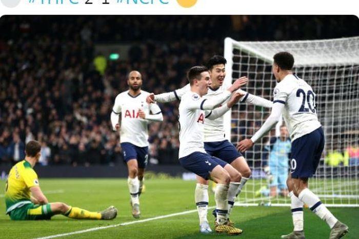 Para pemain Tottenham Hotspur merayakan gol yang dicetak oleh Son Heung-Min (kedua dari kanan) dalam laga Liga Inggris melawan Norwich City di Stadion Tottenham Hotspur, Rabu (22/1/2020).