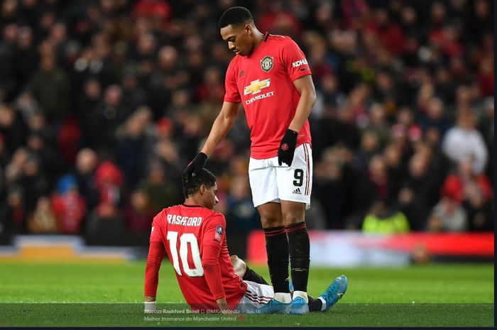 Anthony Martial (kanan) menghibur Marcus Rashford yang mengalami cedera dalam pertandingan Manchester United.