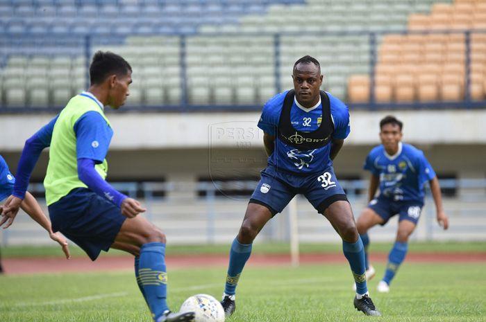 Victor Igbonefo ketika menjalani sesi latihan di lapangan Stadion Gelora Bandung Lautan Api, Rabu (22/1/2020).