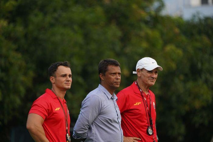 Pelatih Persija Jakarta, Sergio Farias (tengah) bersama para asistennya dalam latihan tim.