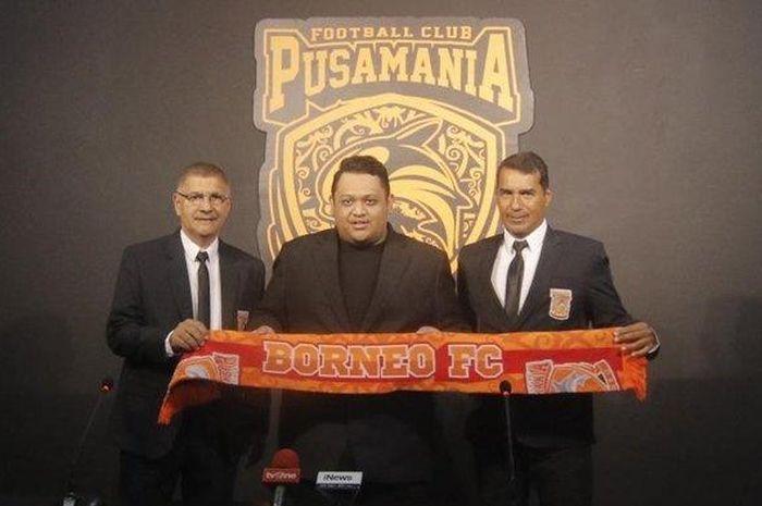 Pelatih Borneo FC, Edson Tavares (kiri), dan pelatih fisik, Humberto (kanan), saat diperkenalkan Presiden Klub Borneo FC, Nabil Husein, di Stadion Segiri Samarinda Kalimantan Timur, Senin(20/1/2020).