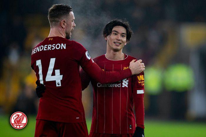 Penyerang Liverpool, Takumi Minamino, berbicara dengan kapten Jordan Henderson dalam laga Liga Inggris melawan Wolverhampton Wanderers di Stadion Molineux, Kamis (23/1/2020).