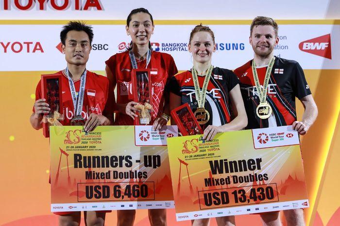 Pasangan ganda campuran Indonesia, Hafiz Faizal/Gloria Emanuelle Widjaja, berpose dengan Marcus Ellis/Lauren Smith (Inggris) pada podium kampiun Thailand Masters 2020 di Indoor Stadium Huamark, Bangkok, Thailand, Minggu (26/1/2020).