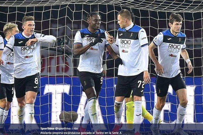 Duvan Zapata mendapat sambutan dari rekan-rekannya usai menjebol gawang Torino pada pertandingan yang dimenangkan Atalanta dengan skor 7-0 dalam lanjutan Liga Italia, Sabtu (25/1/2020).