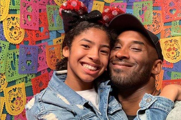 Kobe Bryant berpose dengan putri keduanya, Gianna Bryant, dalam sebuah kesempatan.