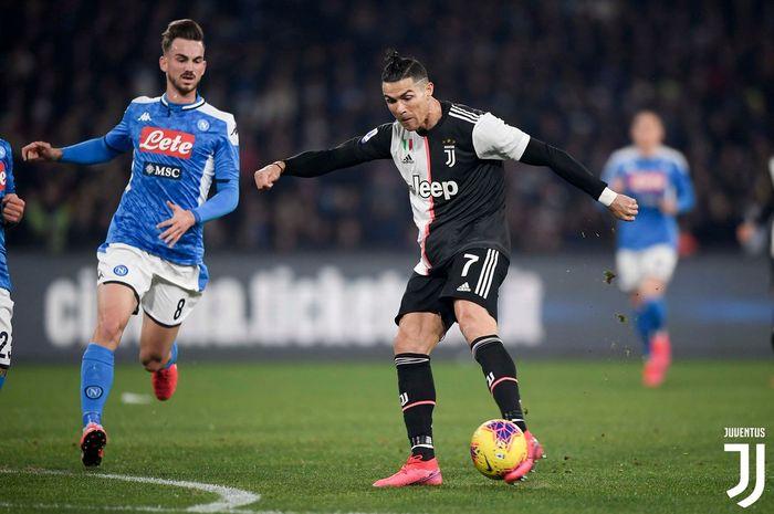 Megabintang Juventus, Cristiano Ronaldo, melepaskan tendangan dalam laga Liga Italia kontra Napoli di Stadion San Paolo, Minggu (26/1/2020).