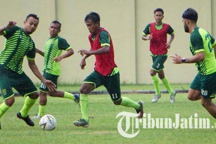 Persebaya Surabaya menggelar latihan di Lapangan Jenggolo Sidoarjo, Jawa Timur, Rabu (29/1/2020).