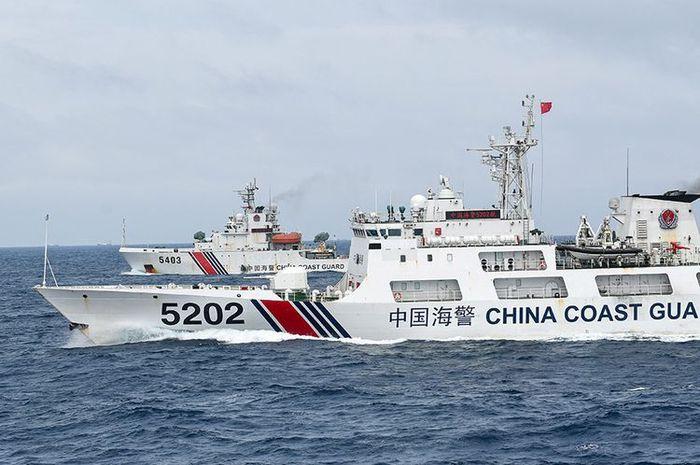 Kapal Coast Guard China-5202 dan Coast Guard China-5403 membayangi KRI Usman Harun-359 saat melaksanakan patroli mendekati kapal nelayan pukat China yang melakukan penangkapan ikan di ZEE Indonesia Utara Pulau Natuna, Sabtu (11/1/2020). Dalam patroli tersebut KRI Usman Harun-359 bersama KRI Jhon Lie-358 dan KRI Karel Satsuitubun-356 melakukan patroli dan bertemu enam kapal Coast Guard China, satu kapal pengawas perikanan China, dan 49 kapal nelayan pukat asing.