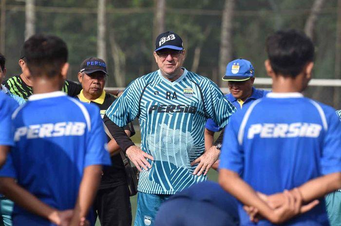 Pelatih Robert Alberts saat memimpin sesi latihan terakhir Persib di Lembang, Jumat (31/1/2020).
