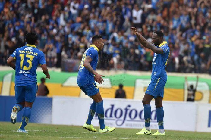 Striker Persib Bandung, Geoffrey Castillion, merayakan gol yang diciptakannya ke gawang Melaka United pada laga uji coba di Stadion Si Jalak Harupat, Bandung, Sabtu (1/2/2020).