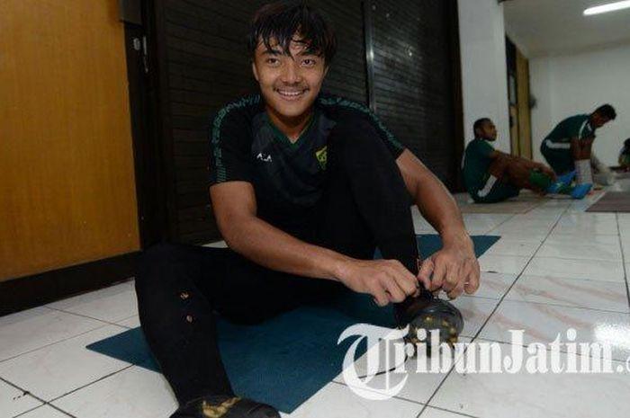 Kiper Ernando Ari saat mengikuti latihan Persebaya Surabaya di Stadion Gelora Delta Sidoarjo, Jawa Timur, Senin (3/2/2020) sore.