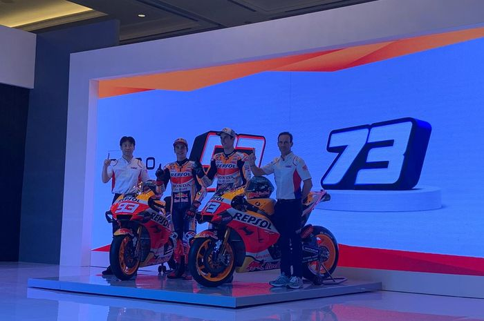 kiri-kanan: Tetsuhiro Kuwata (Honda Racing Corporation Director), pembalap Repsol Honda, Marc Marquez, Alex Marquez, dan manajer Repsol Honda, Alberto Puig, hadir pada peluncuran tim Repsol Honda di Jakarta, Selasa (4/2/2020)
