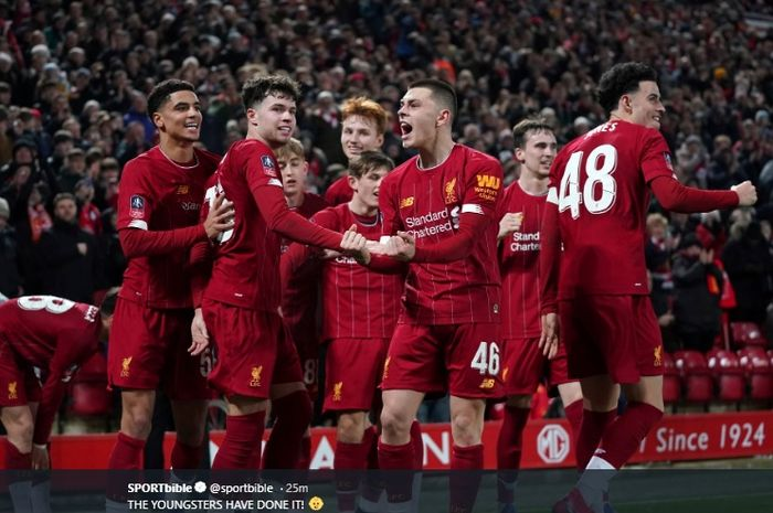 Para pemain muda Liverpool melakukan selebrasi usai gol bunuh diri Shrewsbury Town tercipta di Stadion Anfield pada laga ulangan babak keempat Piala FA, Selasa (4/2/2020).